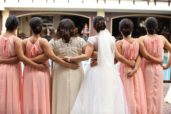 damas de honor y la novia de espaldas mostrando el mismo vestido