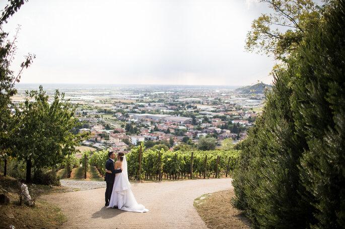 Fotografia coppia di sposi con paesaggio campestre in Italia