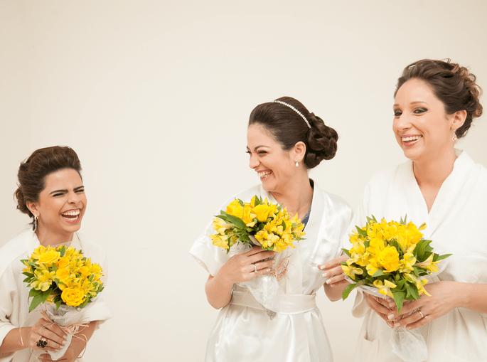 madrinhas celebram com noiva em momento descontraido