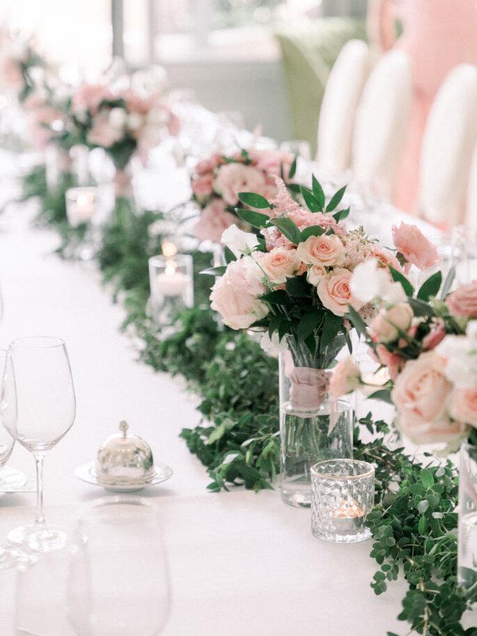 Centre de tables de mariage avec des bouquets de fleurs