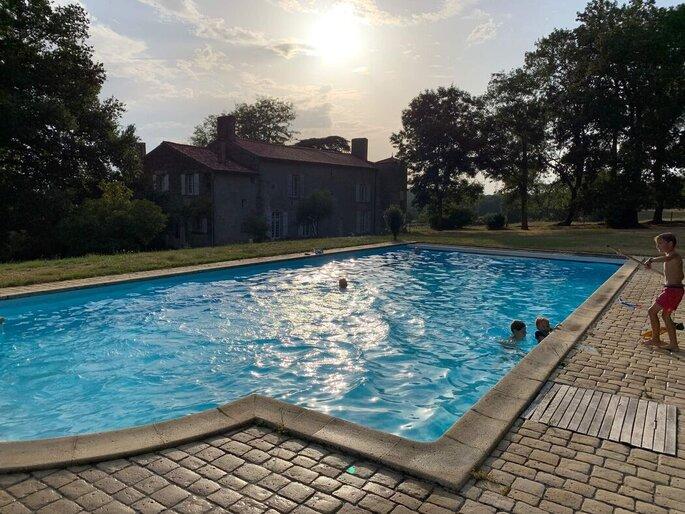 Un mariage organisé dans un lieu de réception avec une piscine et un extérieur