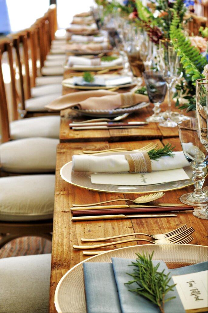 Repas mariage, table avec des couverts