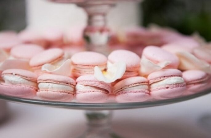 Arma una mesa con macarons en color rosa pastel - Foto Heather Bayles Photography