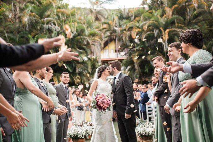 O beijo dos noivos na saída da cerimônia
