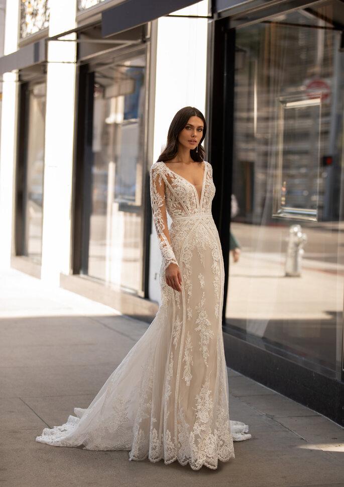 Vestido de noiva com rendas e transparêncais, decote em V, manga comprida, silhueta fit and flare