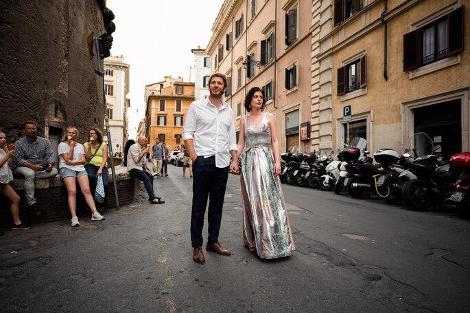 Urbanes Brautpaar in Stadt