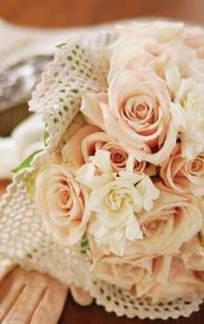 Rose e gardenie avvolte in un fazzoletto a rete o di pizzo