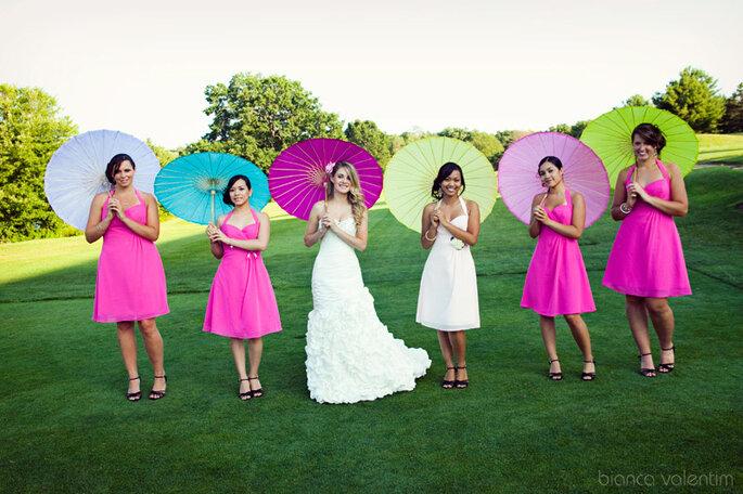 La novia puede llevar una sombrilla de un tono mas fuerte que las invitadas en las fotos. Imagen: Bianca Valentim