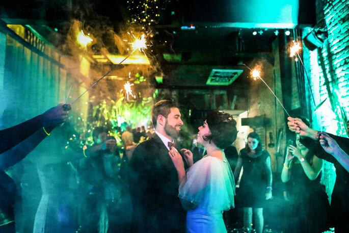 Casal posa em meio a fogos de artifício em casamento
