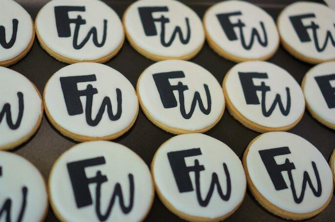 Biscuits personnalisés aux initiales des mariés.