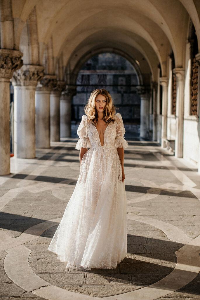 Robe de mariée tout en transparence avec un décolleté