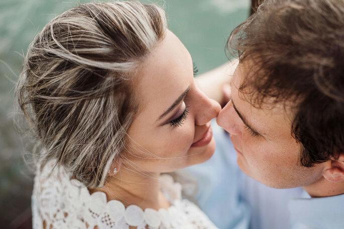 Close noivos apaixonados