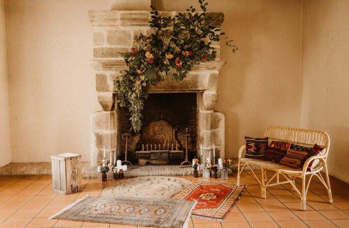 Une composition florale et végétale orne ne dessus d'une cheminée ancienne