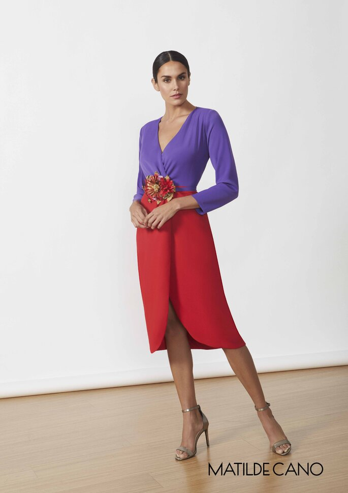 Matilde Cano Colección colección de vestidos de fiesta 2020 - 2021 de Matilde Cano y Mass, vestido con falda de tulipán, adorno de flor en la cintura, con escote y mangas largas.