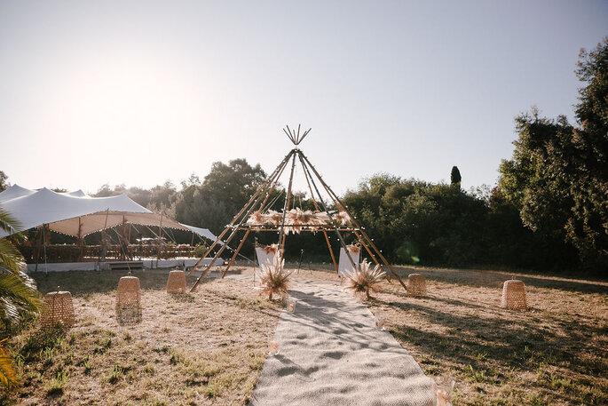 Tente hippie dressées dans un jardin avec lanternes au sol pour une cérémonie laïque au Château de Pampelonne