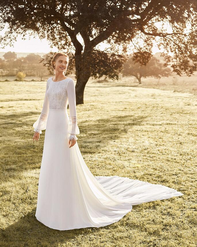 Robe de mariée avec un haut en transparence et des manches longues