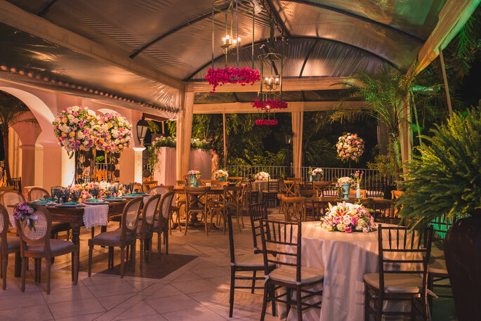 Festa de casamento com decoração romântica