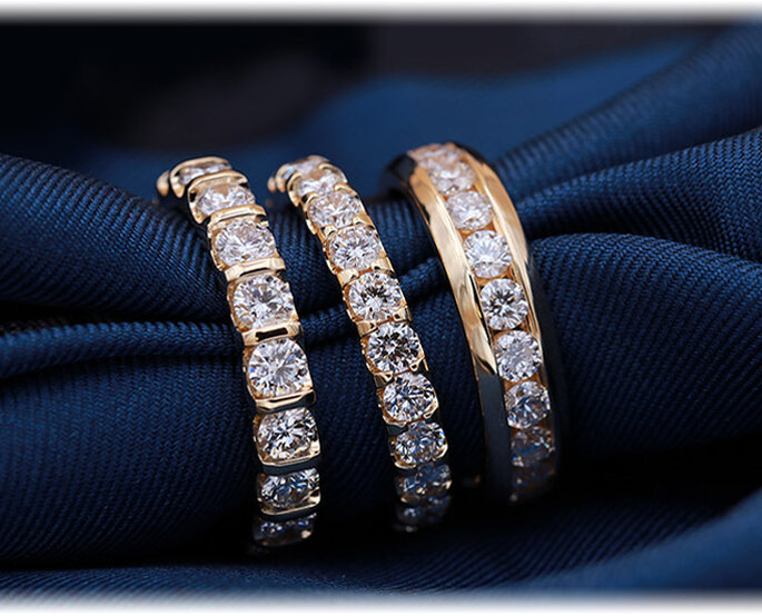 Trois modèles d'alliances en or serties de diamants différents, à découvrir à La Maison de l'Alliance & du Diamant