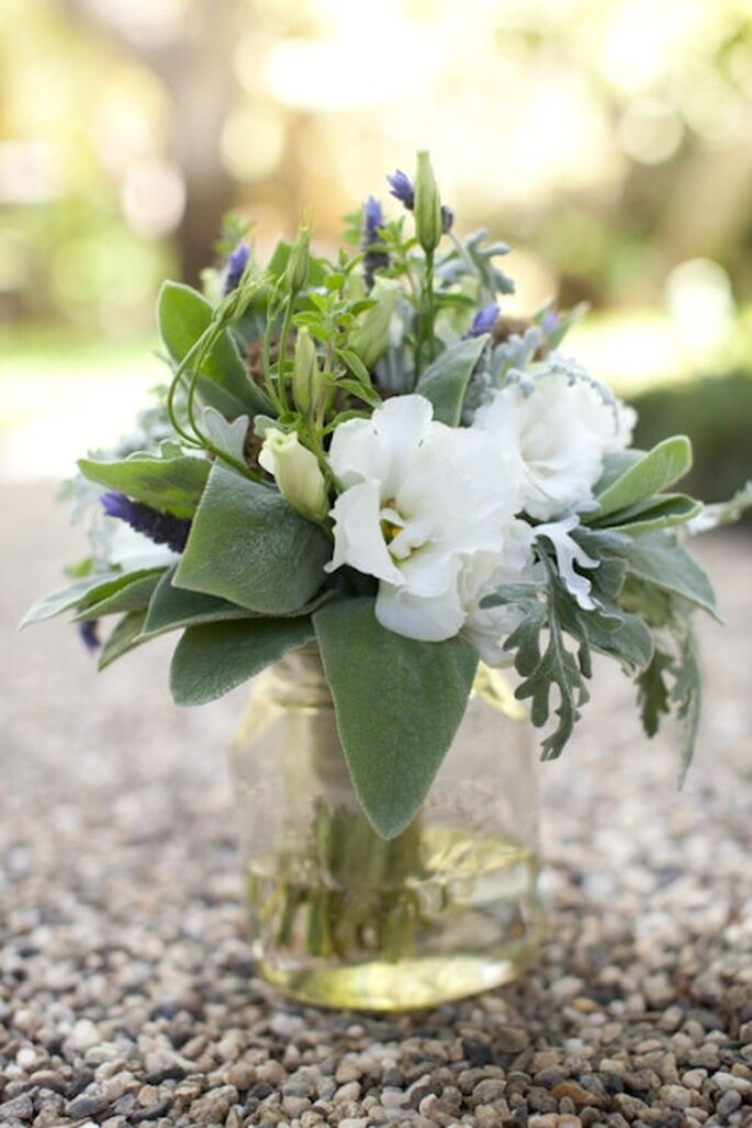 Arreglo de mesa con flores blancas en base de cristal