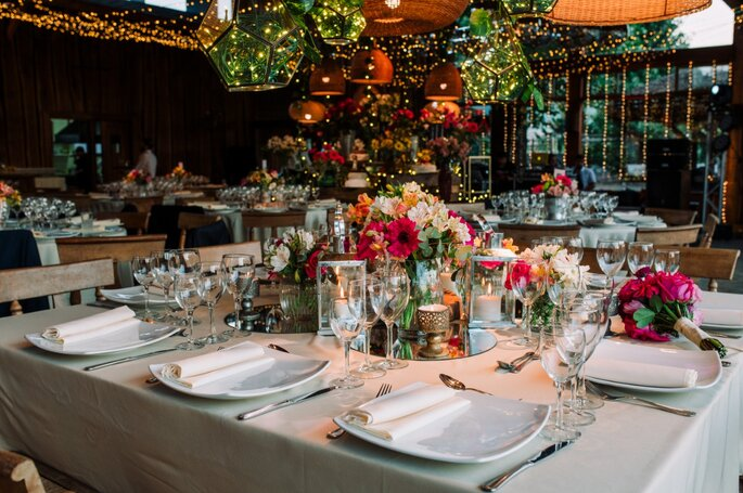 Mesa del banquete decorada con flores