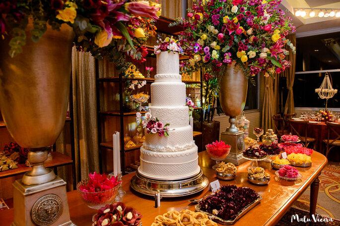 Mimo: reproduzir em açúcar no bolo a renda do vestido da noiva