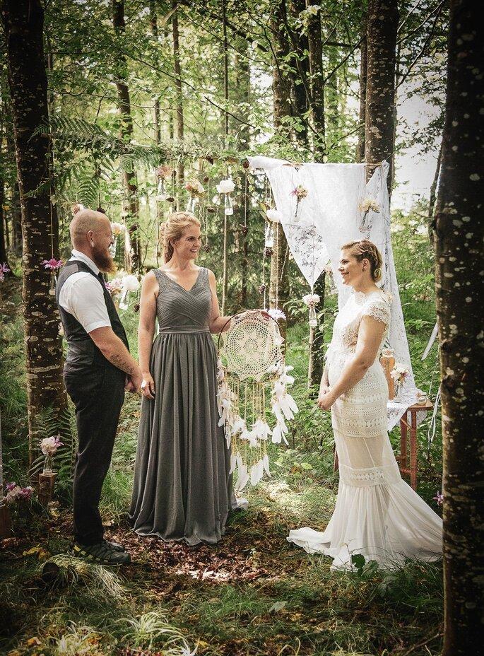 Brautpaar steht im wald