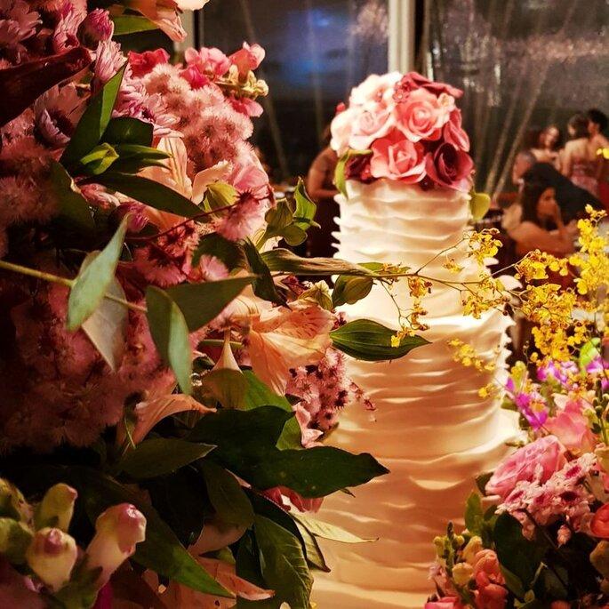 Mesa do bolo casamento no campo