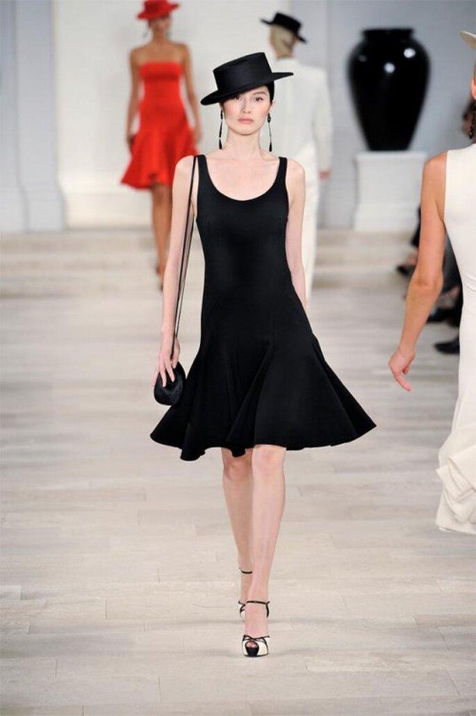 Vestido de fiesta corto en color negro con silueta simple y cuello amplio - Foto Ralph Lauren