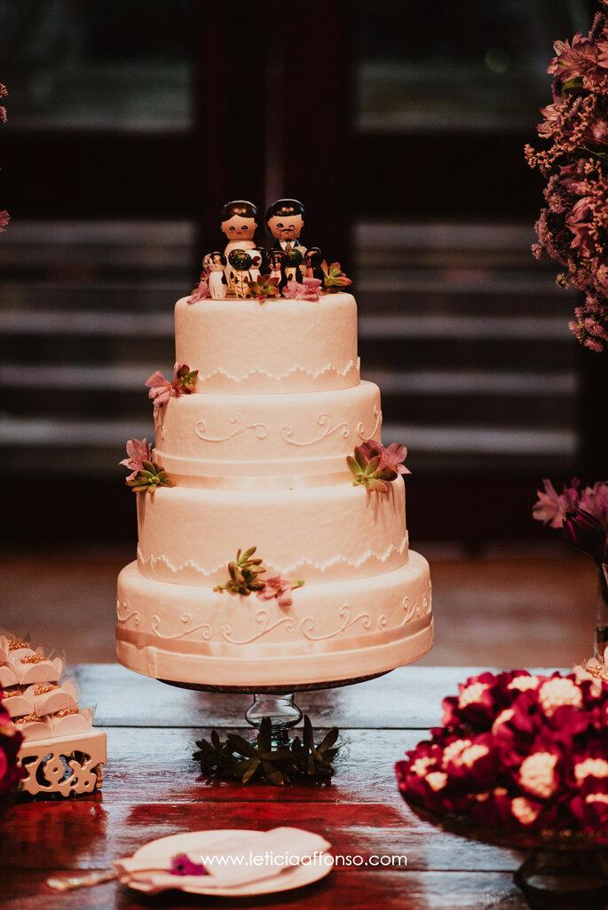 Bolo branco clássico para casamento