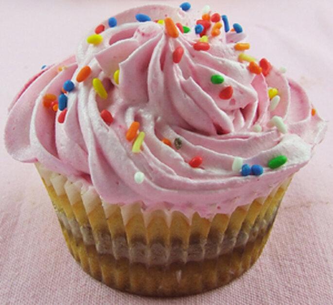 Cupcake rose avec vermicelles de couleurs