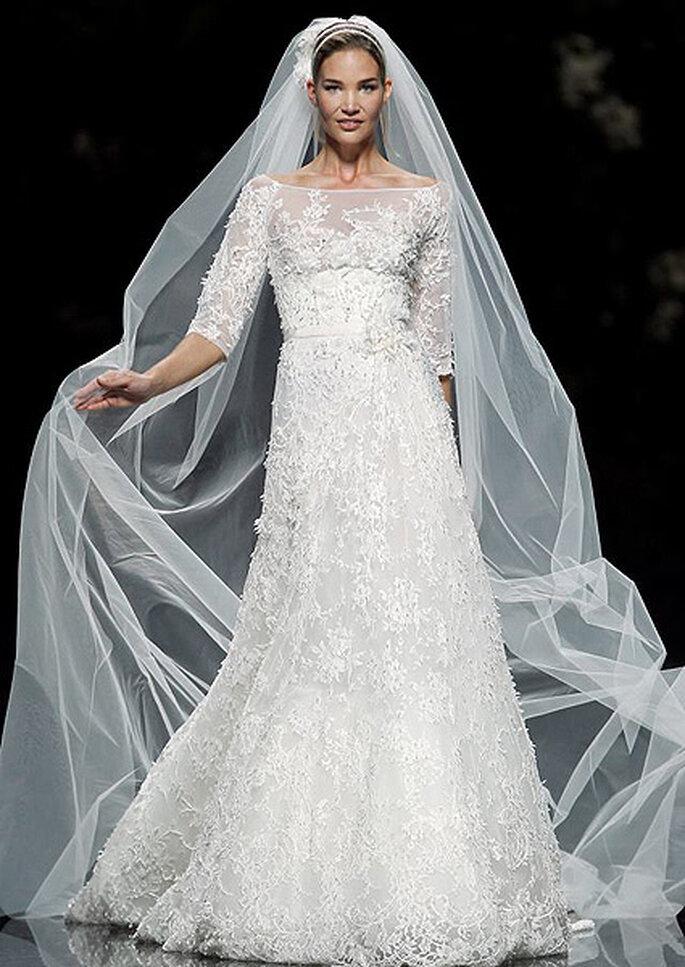 Vestido de novia con velo y manga tres cuartos, de Elie Saab 2013. Foto: Pronovias