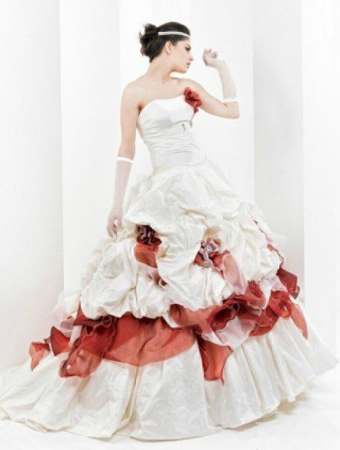 Che sia total color o solo per qualche dettaglio come in questo caso, il rosso da subito all'abito da sposa una marcia in più.
