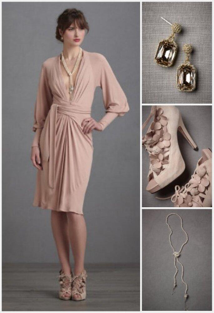 Vestido y zapatos en rosa pálido con accesorios, ideal para ir a una boda civil. Fotos: Bhldn