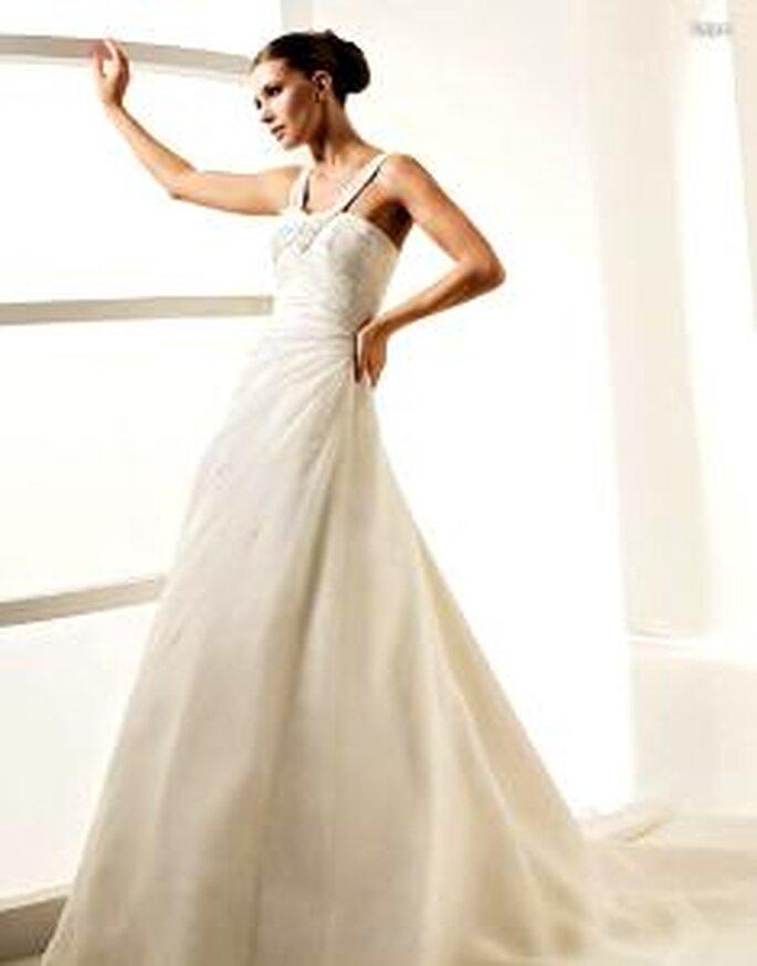 La Sposa 2010 - Laya, langes, schlichtes Prinzessinnenkleid mit strassverziertem V-Ausschnitt