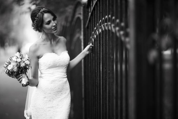 La mariée bouquet à la main dans une robe de mariée bustier
