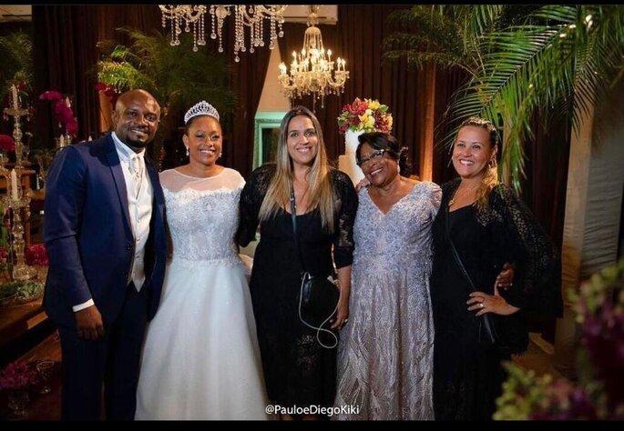As cerimonialistas com aos noivos