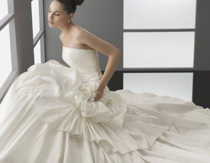 Vestido de novia Aire Barcelona 2012 con escote palabra de honor y falda con gran volumen