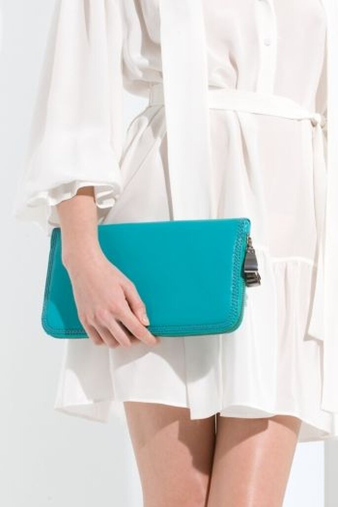 Bolso tipo portafolio de mano color turquesa. Ideal para bodas en verano
