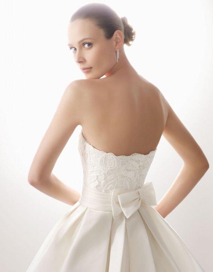 Vestido de guipour y garza de seda en color natural. Rosa Clará