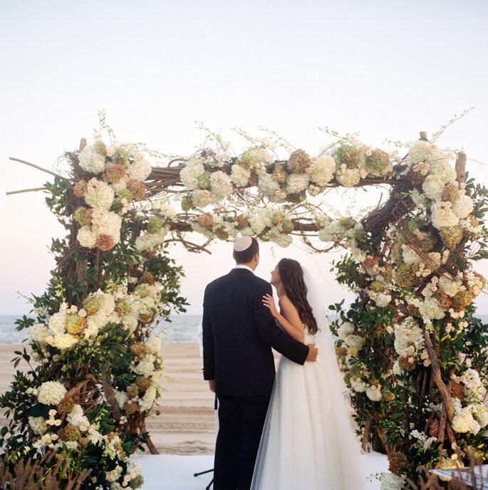 Altar de boda al aire libre - Charlotte Jenks Lewis Photography