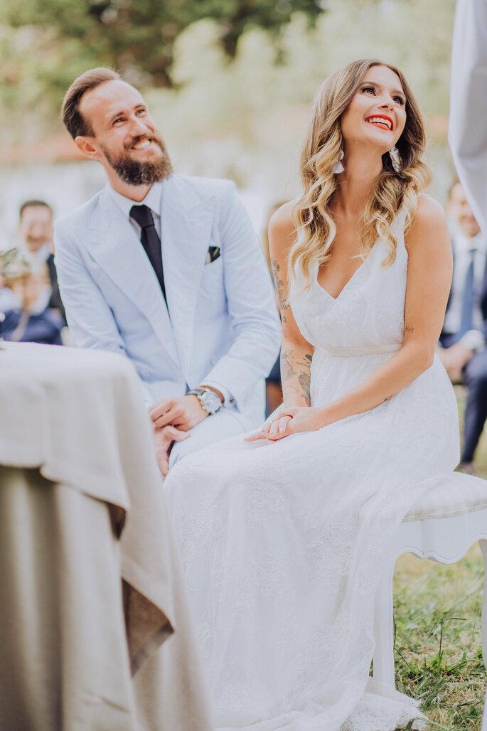 noivos sorridentes durante a cerimónia do casamento