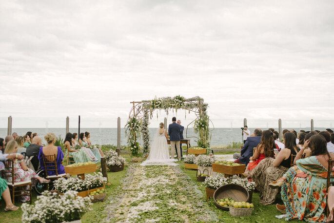 Cerimônia ao ar livre em frente à Praia do Estaleiro