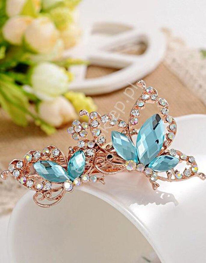 Niebieska spinka do włosów na pewno przyda się Pannie Młodej; źródło: sklep24