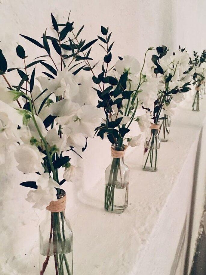 Bouquets de fleurs blanches disposés dans des vases