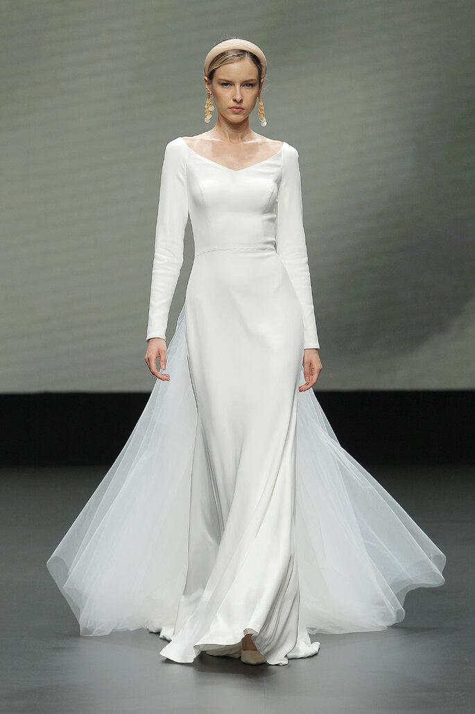 Colección Vestido de Novias 2021 Jesús Peiró vestido de novia de mangas largas con escote en V corte sirena con volantes de tul