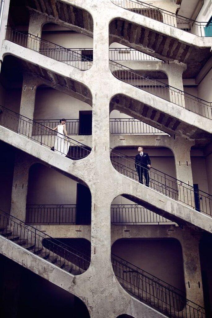 Photographie fine art ou artistique de deux mariés dans des escaliers