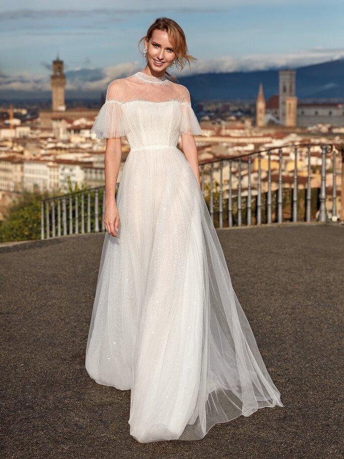 Vestido de novia con escote cuadrado con mangas con caída a los hombros con corte en A con tul