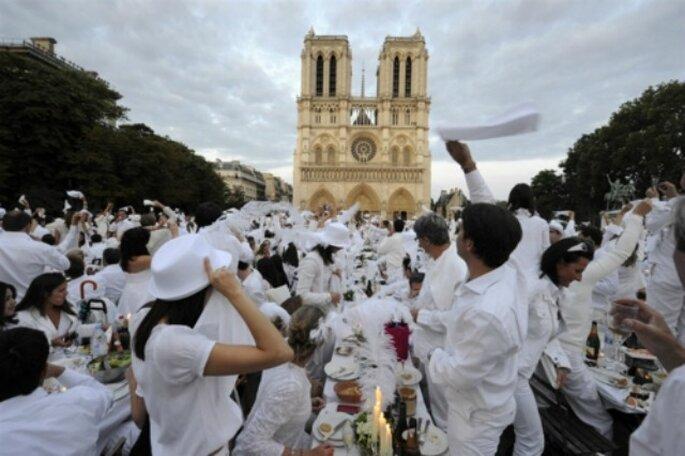 Matrimonio con invitati rigorosamente vestiti di bianco? Una scelta controcorrente ma allo stesso tempo chic! Foto www.foodwrigraphy.blogspot.com