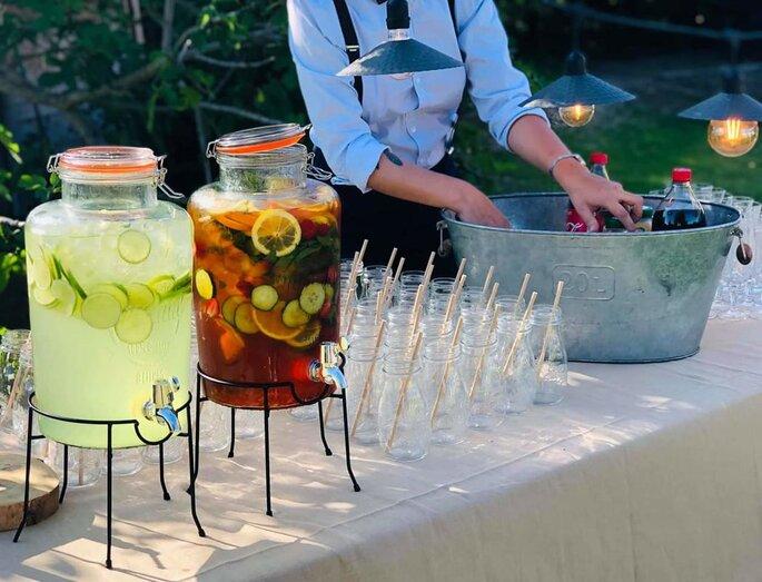 Fontaines à cocktail avec fruits macérés, servis dans des jarres
