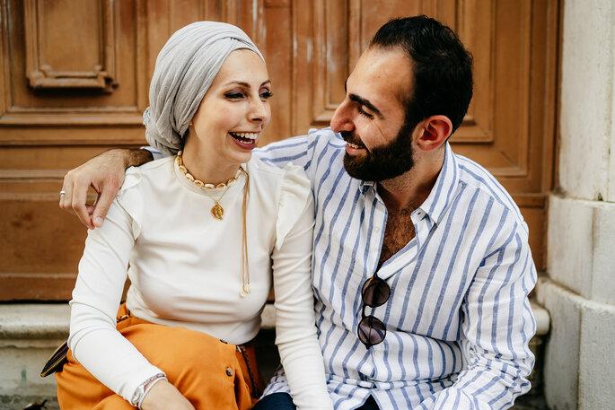 casal sorridente muçulmano